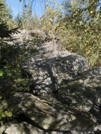 Hřebínek Čepele je poset různými skalkami a balvany