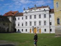 Klášterní budova přebudovaná Windischgräzi na zámek