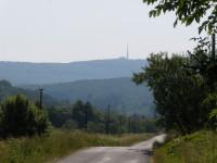 Silnice do Vápenekv pozadí vysilač Velká Javorina