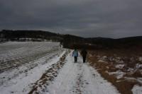 Polní cestou od Otaslavic k lesu, vlevo Obrova noha
