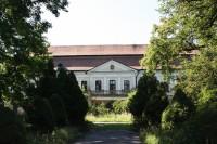 Klasicisní budova zámku v Zdislavicích