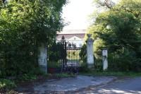 Vstupní brána do zámeckého areálu ve Zdislavicích