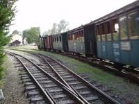 Historický vláček tažený parní lokomotivou U 32. 002 vjíždí do Nové bystřice