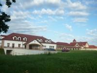 Pohled na klášter i s domem pro hosty od příjezdové cesty
