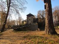 Za romantickou zříceninou hradu, skálami a rybníky do Lukova
