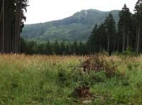 pohled z hřebenové cesty na hrad Lukov ...