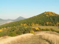 Milešovka(vzadu) a Sutomský vrch z Holého vrchu