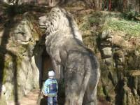 kamenný lev před vchodem do jeskyně