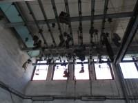 Oblečení a boty se vytáhly přes kladku ke stropu