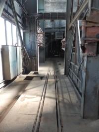 Kolej pro vozíky kolem výtahové šachty