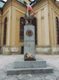 Pomník před kostelem