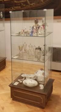 Vitrína se skleněnými a porcelánovými exponáty