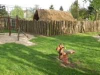 Lezoucí stěna, polozemnice a houpací koník