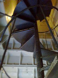 V obelisku