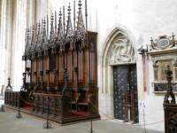 Chrám Sv. Barbory - chorové lavice s vchodem do sakristie
