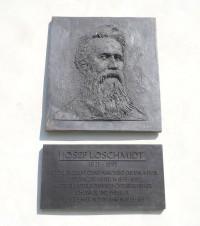 Pamětní deska Johanna Josefa Loschmidta na budově konventu