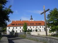 Most ke klášternímu areálu + kolej řádu Piaristů