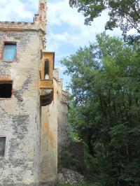 Pohled z terasy na neogotický rizalit s gotizujícím arkýřem