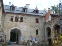 Nádvoří - hlavní vchod a arkádová chodba - vede ke šnekovitému schodišti ve věži a k pokladně