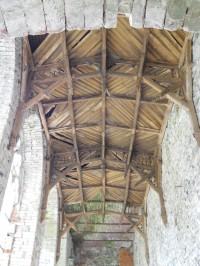 Rytířský sál - zachovaný dřevěný strop s vyřezávanou konstrukcí s využitím gotizujících kružeb