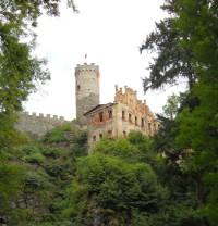 Jeden z prvních pohledů na Horní hrad z delší cesty