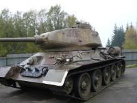 Tank T-34 stojící před vstupem do pevnosti