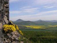 výhled z Oltáříku v pozadí Milešovka