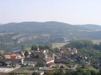 pohled na Tetín, v pozadí Srbské skály z Damilu