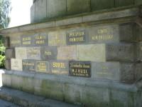 kameny z památných míst v podstavci mohyly