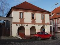 Budova muzea hrnčířství v Kostelci nad Černými Lesy