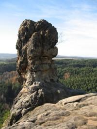Od hrádku Čap na Vlhošť a k zajímavým skalním útvarům.