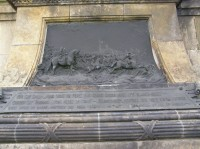 detail poničeného památníku v Křečhoři