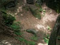zasypaná studna od vstupu do chodby