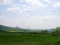 tři hrady se vejdou do jednoho záběru, zleva Košťál, Házmburk a Skalka