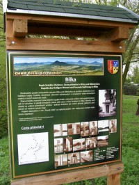 Bílka - informační tabule o sochách, které lemují cestu na Milešovku