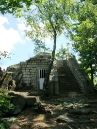 Zalesněným Černostudničním hřbetem na rozhlednu Černá Studnice za dalekými výhledy