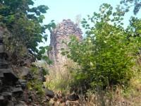 vykukuje hrad Perštejn