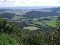 Pohled z Milešovky - Milešov, Milešovský Kloc, vpravo Lipská hora