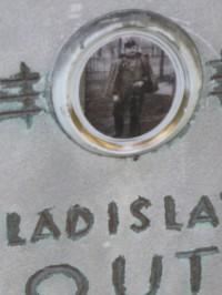 jZachovalý hrob na vojesnkém hřbitově