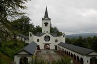 Pohled na kostel z horních laviček