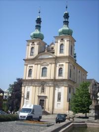 Kostel z průčelí...