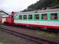 starší lokomotiva se služebním vagónem