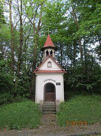 Kaple sv. Jana a pamětní deska v Lazích