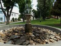 Empírová kašna na náměstí ve Vrbně pod Pradědem
