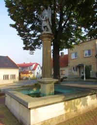 Kašna a Památný strom na náměstí ve Starém Jičíně
