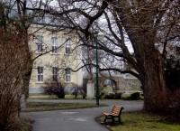 park u vlakového nádraží se zbytky hradeb a Matyášovou bránou