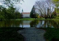 Pohled na zámek přes rybník