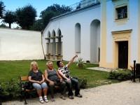 Franta s rodiči na nádvoří zámku v Tovačově