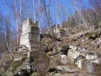 zachovalý železniční mostní pilíř
