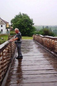 Na dřevěném mostě